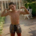 Mio figlio Raffaele sfoggia il suo fisico di nuotatore!
