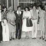 Giorno di laurea, tra mia madre e mia moglie (raggiante ma poi intollerante!) con sorelle e cognati. A destra Nicola  Maione, factotum del negozio e compariello prediletto di mio padre.
